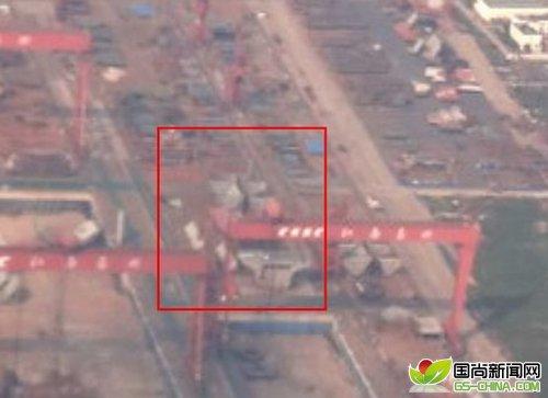 照片显示中国首艘航母正在建造之中靠近上海的江南造船集团长兴岛造船厂内的一艘舰船船体很可能是中国首艘本土建造的航母的一部分